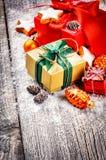 Ajuste de la Navidad con los presentes y los ornamentos coloridos Foto de archivo