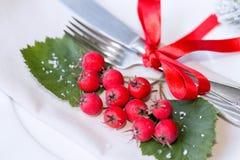 Ajuste de la Navidad y de la tabla del día de fiesta del Año Nuevo celebración Cubierto para la cena de la Navidad Decoraciones d Imagen de archivo