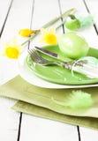 Ajuste de la primavera o de la tabla de pascua con las decoraciones Imágenes de archivo libres de regalías