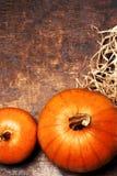 Ajuste de la tabla de la acción de gracias con la calabaza anaranjada Cubiertos estacionales Fotos de archivo libres de regalías