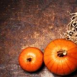 Ajuste de la tabla de la acción de gracias con la calabaza anaranjada Cubiertos estacionales Imagen de archivo