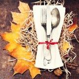 Ajuste de la tabla de la acción de gracias - cubiertos en la tabla de madera rústica A Imagen de archivo libre de regalías