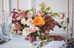Ajuste de la tabla de la boda con el arreglo floral Imagen de archivo libre de regalías
