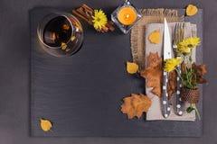 Ajuste de la tabla con la decoración del otoño para la acción de gracias Fotos de archivo libres de regalías