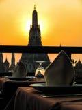 Ajuste de la tabla con el fondo de la puesta del sol Fotos de archivo libres de regalías
