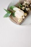 Ajuste de la tabla con la decoración floral Imagen de archivo