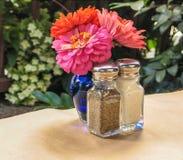 Ajuste de la tabla con la sola flor imágenes de archivo libres de regalías