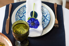 Ajuste de la tabla con las anémonas azules Imagen de archivo libre de regalías