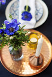 Ajuste de la tabla con las anémonas azules Foto de archivo libre de regalías