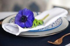 Ajuste de la tabla con las anémonas azules Imagenes de archivo