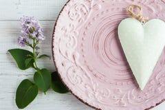 Ajuste de la tabla con las flores del corazón y de la lila Fotos de archivo libres de regalías