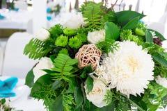 Ajuste de la tabla con las flores hermosas Imagen de archivo