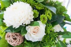 Ajuste de la tabla con las flores hermosas Foto de archivo