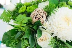 Ajuste de la tabla con las flores hermosas Fotos de archivo libres de regalías