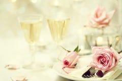 Ajuste de la tabla con las rosas rosadas imágenes de archivo libres de regalías