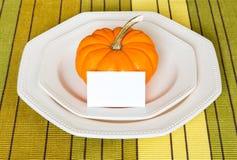 Ajuste de la tabla de cena de Autumn Thanksgiving con la calabaza decorativa Fotos de archivo libres de regalías