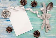 Ajuste de la tabla de cena de la Navidad con las decoraciones rústicas Opinión superior de madera de la tabla lamentable de la tu Foto de archivo