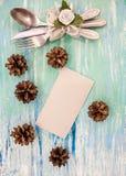 Ajuste de la tabla de cena de la Navidad con las decoraciones rústicas Opinión superior de madera de la tabla lamentable de la tu Fotografía de archivo libre de regalías