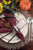 Ajuste de la tabla de la acción de gracias con el cubierto del tapetito del cordón - vertical Imagen de archivo libre de regalías