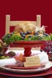 Ajuste de la tabla de la acción de gracias con la carne asada Turquía en Backgr blanco rojo Foto de archivo