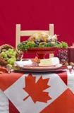 Ajuste de la tabla de la acción de gracias con la carne asada Turquía en Backgr blanco rojo Imagenes de archivo