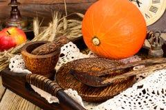 Ajuste de la tabla de la acción de gracias con las calabazas de otoño, los cubiertos y n Fotografía de archivo
