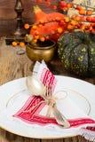 Ajuste de la tabla de la acción de gracias con las calabazas de otoño, los cubiertos y n Imagenes de archivo