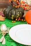 Ajuste de la tabla de la acción de gracias con las calabazas de otoño, los cubiertos y n Fotografía de archivo libre de regalías