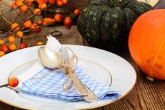 Ajuste de la tabla de la acción de gracias con las calabazas de otoño, los cubiertos y n Imagen de archivo