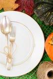 Ajuste de la tabla de la acción de gracias con las calabazas de otoño, los cubiertos y n Imágenes de archivo libres de regalías