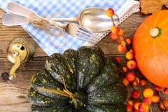 Ajuste de la tabla de la acción de gracias con las calabazas de otoño, los cubiertos y n Foto de archivo libre de regalías