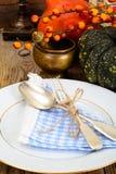 Ajuste de la tabla de la acción de gracias con las calabazas de otoño, los cubiertos y n Fotos de archivo