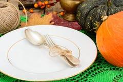 Ajuste de la tabla de la acción de gracias con las calabazas de otoño, los cubiertos y n Imagen de archivo libre de regalías