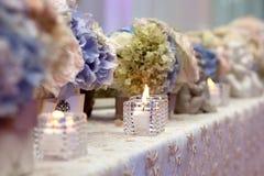 Ajuste de la tabla de la boda adornado en el restaurante Imágenes de archivo libres de regalías