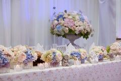 Ajuste de la tabla de la boda adornado en el restaurante Foto de archivo libre de regalías