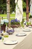Ajuste de la tabla de la boda del jardín Foto de archivo