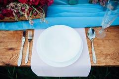 Ajuste de la tabla de la boda en estilo rústico Imagen de archivo libre de regalías