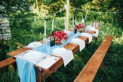 Ajuste de la tabla de la boda en estilo rústico Foto de archivo