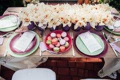 Ajuste de la tabla de la boda en estilo rústico Imagen de archivo