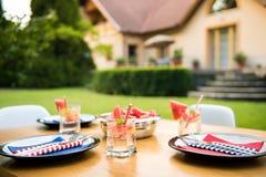 Ajuste de la tabla de la fiesta de jardín del verano Fotografía de archivo libre de regalías