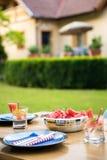 Ajuste de la tabla de la fiesta de jardín del verano Imágenes de archivo libres de regalías