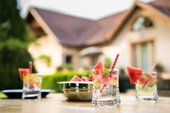 Ajuste de la tabla de la fiesta de jardín del verano Fotos de archivo