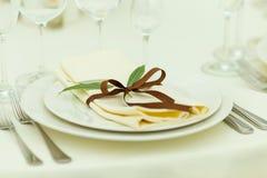 Ajuste de la tabla de la huésped de la boda con las flores frescas en tonos marrones Imagen de archivo