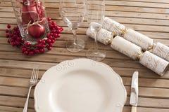 Ajuste de la tabla de la Navidad con las decoraciones Foto de archivo libre de regalías