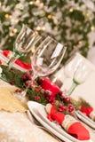Ajuste de la tabla de la Navidad con las decoraciones del día de fiesta Imagen de archivo