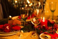 Ajuste de la tabla de la Navidad con las decoraciones del día de fiesta Imagenes de archivo