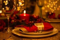 Ajuste de la tabla de la Navidad con las decoraciones del día de fiesta Imágenes de archivo libres de regalías