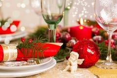 Ajuste de la tabla de la Navidad con las decoraciones del día de fiesta Foto de archivo libre de regalías