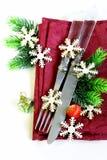 Ajuste de la tabla de la Navidad con las decoraciones festivas Imágenes de archivo libres de regalías