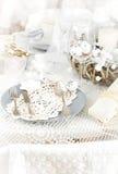 Ajuste de la tabla de la Navidad con las decoraciones tradicionales del día de fiesta Fotografía de archivo